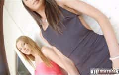 كلا الشقيقتين تشعران بتحسن كبير عندما يمارسان الجنس معه