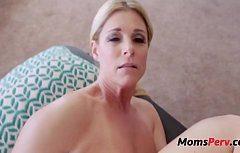 امرأة ناضجة الملاعين المهبل لها على محمل الجد
