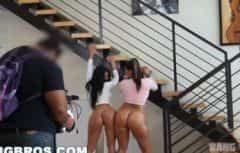 يصور المصور فتاتين في كس عارية