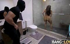 الرجل مع الديك يمارس الجنس مع امرأة سمراء