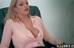 لديها صدر كبير ولا تستطيع الانتظار حتى يمارس الجنس مع صديقها الجديد