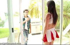 يرى أنها وحدها في المنزل ويستدعي زميلًا ليضاجعها