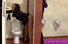 سيدة سمراء مارس الجنس من خلال حفرة في المرحاض