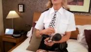 النساء يرتدين زي رجال الشرطة الذين يريدون إثارة إعجابك