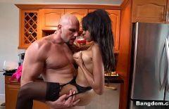 رجل العضلات الملاعين امرأة سمراء سوداء مع كبير الثدي