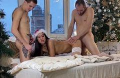 امرأة سمراء تحصل مارس الجنس من قبل رجلين
