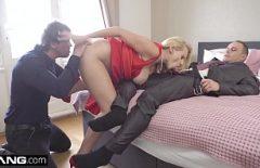 سيدة شقراء تمارس الجنس مع رجلين موهوبين