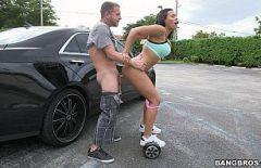استئجار سيارة سريعة ليمارس الجنس مع امرأة سمراء متعرج ومثير