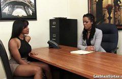 امرأتان سوداوان مثليه تتوجهان معًا في المكتب