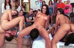 أربع نساء سيئات يسخن حفلة تعريتها