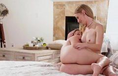 فتاتان تقبيل على كس ولها النشوة الجنسية