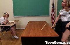 اثنان من الطلاب السحاقيات فرك على الكرسي