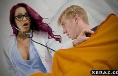 طبيب متعرج يمارس الجنس مع معتقل موهوب في السجن