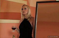 اشرب كأسًا من النبيذ وافركي المهبل بشكل مكثف
