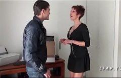 امرأة ناضجة تغوي شابًا وتجعله يمارس الجنس معها في المؤخرة