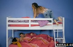 فتاتان لديهما أسرّة بطابقين وصديقها يضاجع آخر