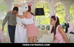 إنها ترتدي زي أرنب وتظهر لها ما لديها من صداقة كبيرة لبوسها