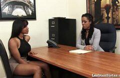 امرأتان سوداوان مثلية تتوجهان معًا في أحد المكاتب