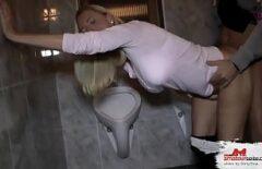 ممارسة الجنس مع شقراء جميلة في المرحاض