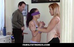 كوستيل يتلقى اللعنة مع امرأة شابة كهدية