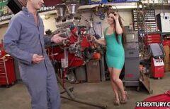ميكانيكي سيارات الملاعين امرأة سمراء مع تجعيد الشعر مثير وكبير