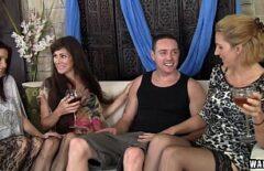 ثلاث نساء ناضجات يضعن حبة دواء فعالة في كأس شاب