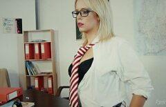 المعلم يمارس العادة السرية في مكتبها الجديد الذي تمتص الديك